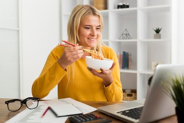 Portret van casual vrouw thuis eten