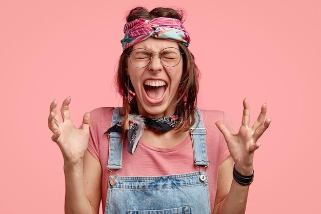 Portret van chagrijnig geërgerd hippie vrouw gebaren boos