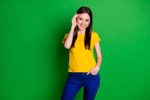 Portret van charmant aardig meisje verlegen poseren kijk camera posing