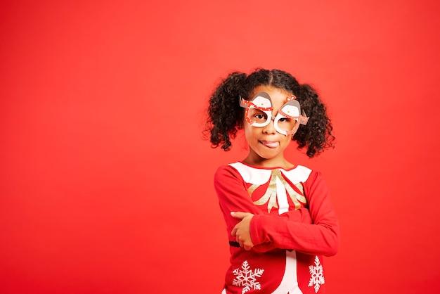 Portret van charmant afrikaans meisje in kerstkostuum