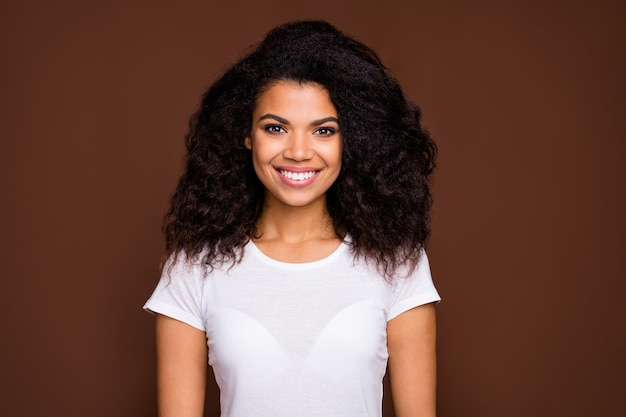 Portret van charmant mooi afro-amerikaans meisje ziet er goed uit, geniet van inhoud, emoties, draag casual stijloutfit.