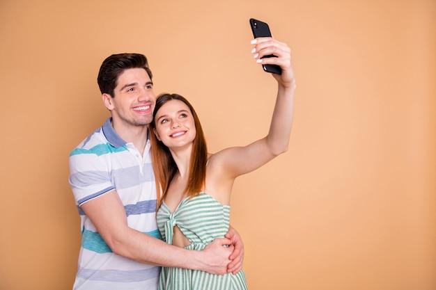 Portret van charmant teder stel dat selfie omhelst