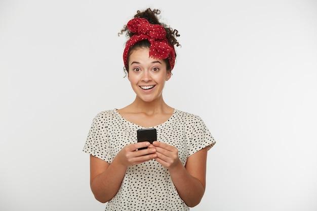 Portret van charmant vrolijk meisje met krullend haar