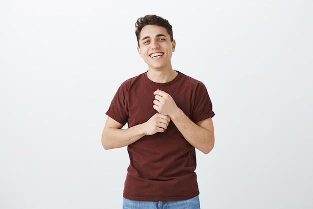 Portret van charmante gelukkige blanke man in rood t-shirt