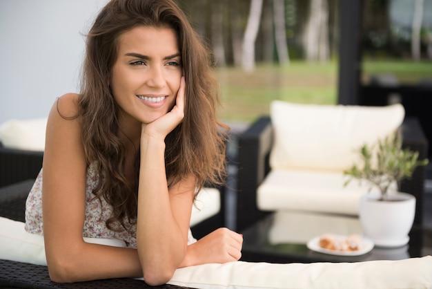 Portret van charmante jonge vrouw op terras