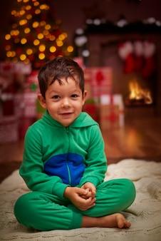 Portret van charmante jongen in het landschap van kerstmis
