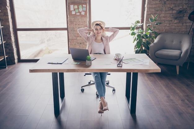 Portret van charmante werknemer dame op afstand werken genieten van pauze
