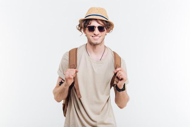 Portret van cheeful gelukkig jonge man met rugzak op witte achtergrond