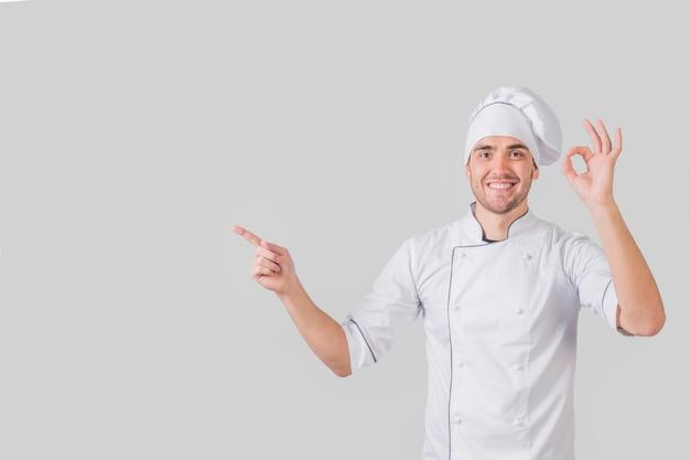 Portret van chef-kok die smakelijk gebaar doet