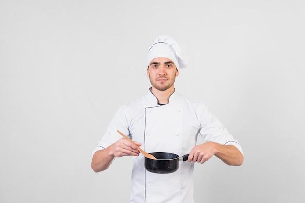 Portret van chef-kok met pan