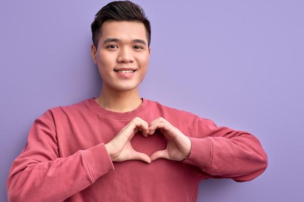 Portret van chinese man liefde uitdrukken op camera