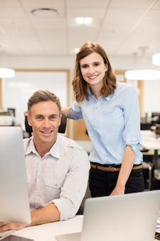 Portret van collega's op kantoor