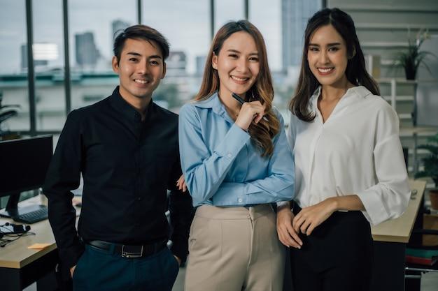 Portret van commercieel team dat en camera glimlacht bekijkt