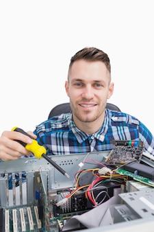 Portret van computeringenieur die cpu herstellen