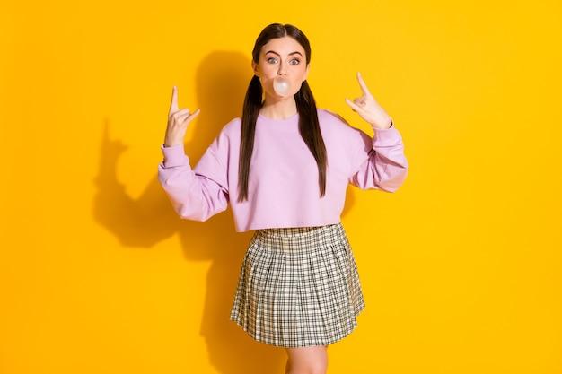 Portret van cool girl heavy metal concert show hoorns symbool blazende kauwgom