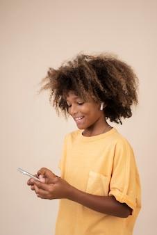 Portret van coole tiener die smartphone gebruikt
