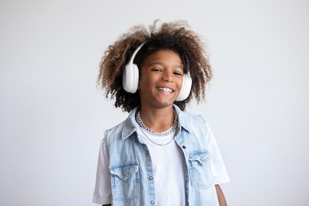 Portret van coole tiener met koptelefoon