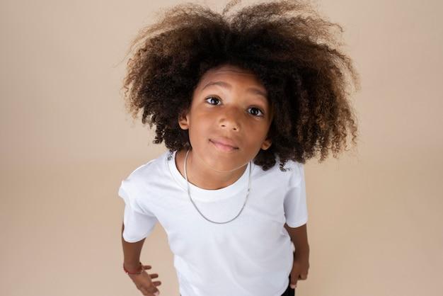 Portret van coole tiener met permanent