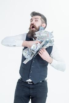Portret van corrupte zakenman die geld in zijn jas verbergt. bebaarde man die geld in de zak stopt. corrupte zakenman met omkopingsgeld. makkelijk geld. corruptie.