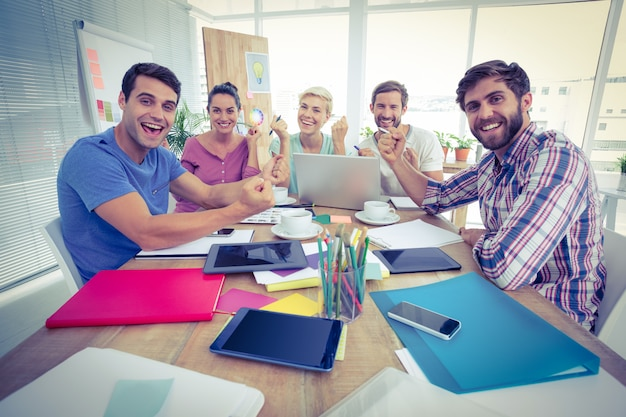 Portret van creatieve bedrijfsmensen in vergadering