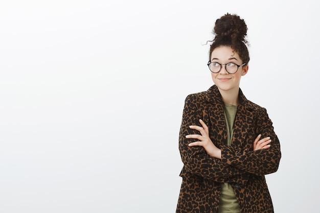 Portret van creatieve slimme europese vrouwelijke collega in trendy zwarte bril en luipaardjas