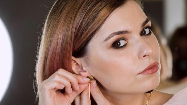 Portret van dame die oorringen draagt