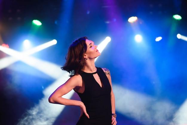 Portret van dansend meisje op discopartij