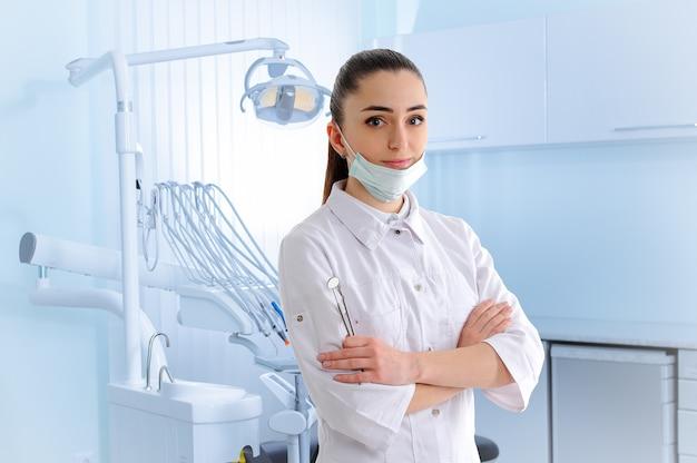 Portret van dantist in tandkliniek