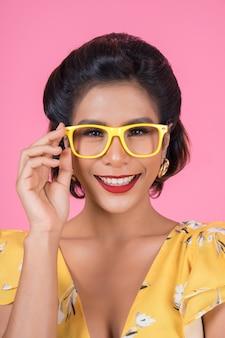 Portret van de actie van de maniervrouw met zonnebril