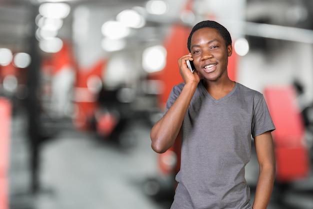 Portret van de afrikaanse mens die op de geïsoleerde telefoon spreekt