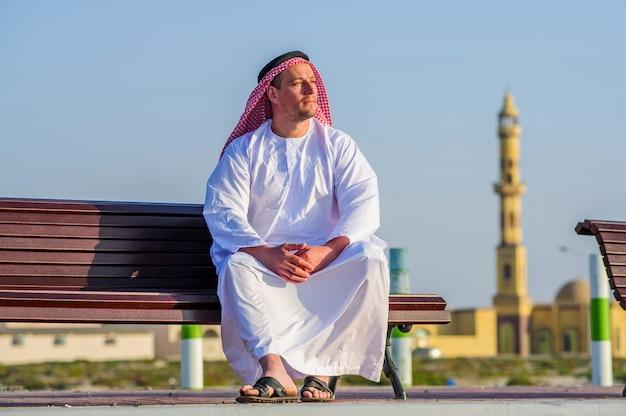 Portret van de arabische mens van het middenoosten openlucht.