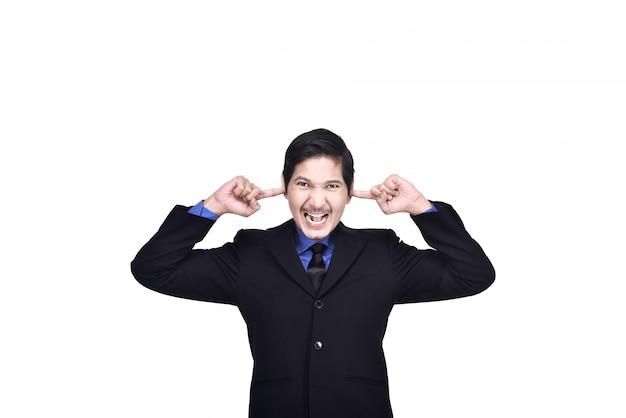 Portret van de aziatische bedrijfsmens die oren behandelt met zijn hand