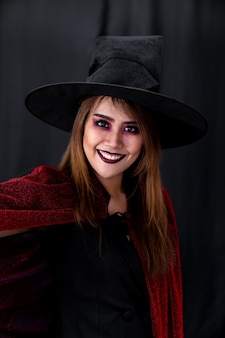 Portret van de aziatische jonge volwassen tienerdoek van halloween van de vrouwenkleding voor halloween-partij. halloween vieren en internationaal vakantieconcept.
