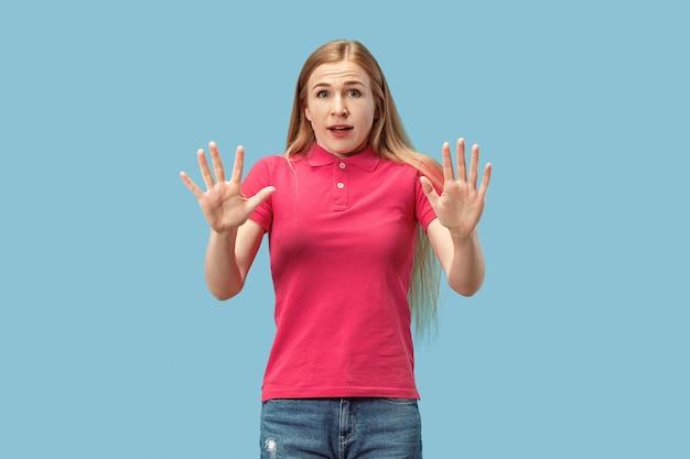 Portret van de bang vrouw op blauw