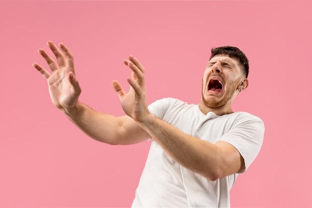 Portret van de bange man op roze