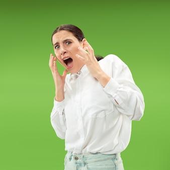 Portret van de bange vrouw op groen