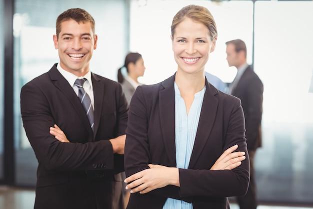 Portret van de bedrijfsman en het bedrijfsvrouw glimlachen
