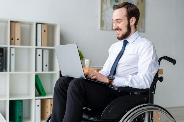 Portret van de bedrijfsmens die aan laptop werkt