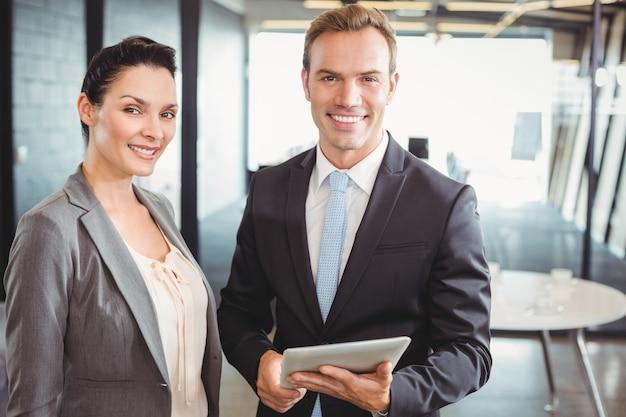 Portret van de bedrijfsmens en bedrijfsvrouw die digitale tablet houden