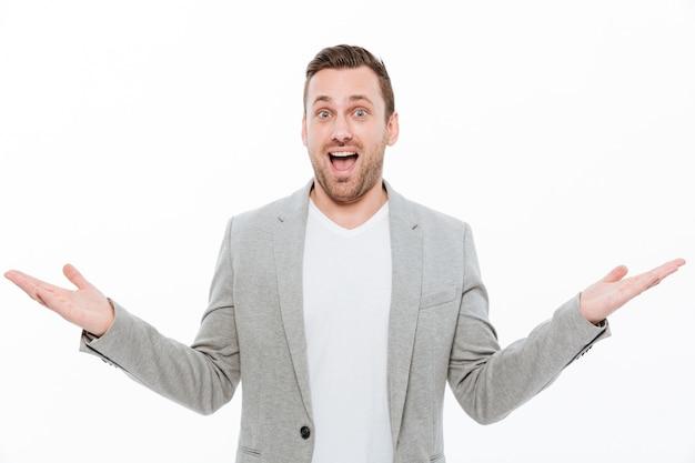 Portret van de blanke man met stoppels overgeven armen uiting van vreugde of opwinding