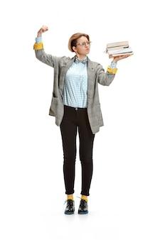 Portret van de boeken van een droevige vrouwelijke studentenholding die op witte muur worden geïsoleerd