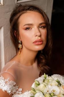 Portret van de bruid met huwelijkssamenstelling en kapsel