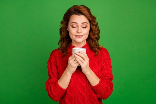 Portret van de charmante kop van de vrouwengreep met cappuccino