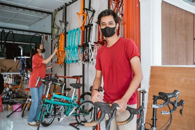 Portret van de eigenaar van een fietsenwinkel in zijn winkel