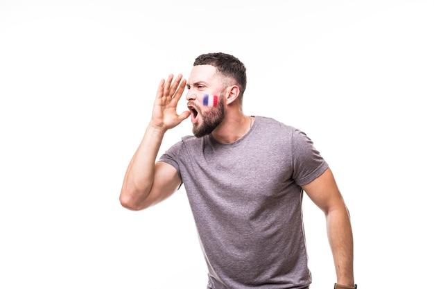Portret van de franse voetbalfan schreeuwt lof voor het franse nationale team op een witte achtergrond. voetbalfans concept.