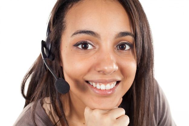 Portret van de gelukkige glimlachende vrolijke exploitant van de steuntelefoon in geïsoleerde hoofdtelefoon ,.