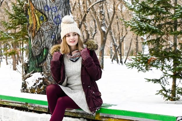 Portret van de gelukkige meisje in de winter