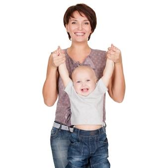 Portret van de gelukkige moeder met glimlachende baby op witte achtergrond