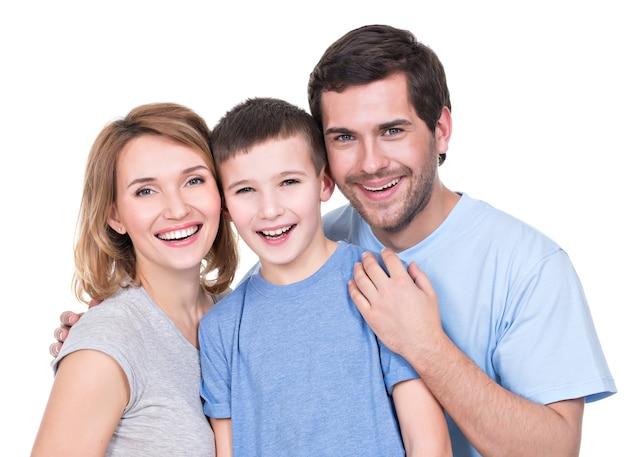 Portret van de gelukkige ouders met zoon die geïsoleerde camera bekijken -