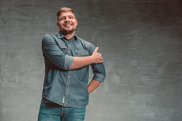 Portret van de glimlachende gelukkige mens die zich in studio bevindt
